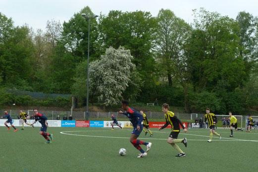 TuS A-Jugend im Spiel gegen den Heisinger SV. - Fotos: mal.