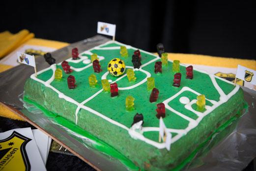 TuS F3-Jugend, TuS-Kuchen. - Fotos: r.f.