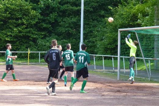 Der zweite Lattentreffer für den TuS an diesem Tag: B-Jugend im Auswärtsspiel am Hallo. - (Foto: mal).