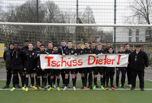 """Die A-Jugend sagt """"Tschüss Dieter"""" (Bild: TuS Holsterhausen)"""