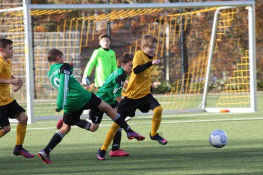 TuS D2-Jugend im Spiel gegen die D-Jugend des RSC. - Fotos: o.k.
