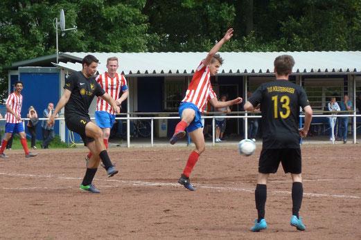 TuS Zweite Mannschaft im Spiel bei der Ersten Mannschaft des FC Horst 59. - Fotos: mal.