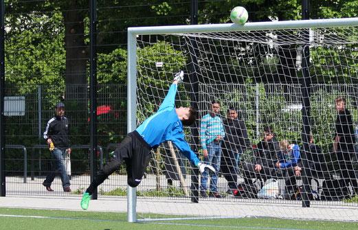 Parade von TuS C-Jugend Keeper Dennis Demir im Spiel gegen den FC Karnap. - (Foto: abo).