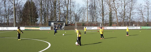TuS F3-Jugend beim Aufwärmen im Wilhelm-Haneke-Stadion am Hinsbecker Berg. - Foto: tisa.