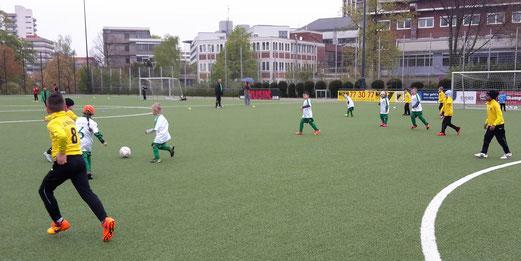 TuS Bambini 1 im Heimspiel gegen die G2 von Adler Union Frintrop. - Fotos: tisa.