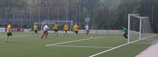 Das frühe 0:1 im Spiel der Dritten im Dienstagabendspiel gegen TuSEM 3. - (Foto: nal).
