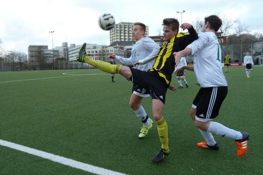 TuS A-Jugend im Spiel gegen Tabellenführer SpVgg. Schonnebeck. - Fotos: mal.
