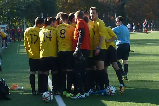 TuS Vierte Mannschaft im Spiel gegen die Vierte Mannschaft von SpVgg. Steele 03/09. - Fotos: mal.