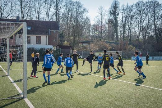 TuS C-Jugend im Spiel gegen SG Altenessen 2. - Fotos: r.f.