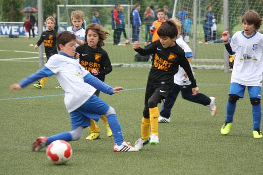 Unentschieden im Auftaktspiel: TuS F1-Jugend gegen die F-Jugend der Gastgeber. - (Foto: ok).