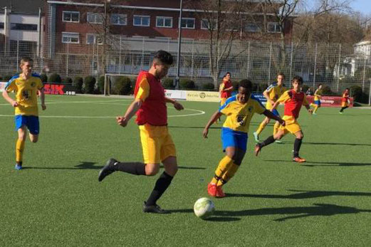 TuS B-Jugend im Spiel gegen die B3 von ESG 99/06. - Fotos: lua.