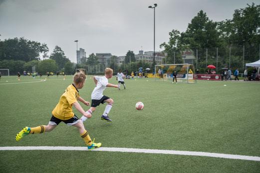 TuS F1-Jugend im Spiel gegen SpVgg. Steele 03/09 (0:2). - Fotos: r.f.