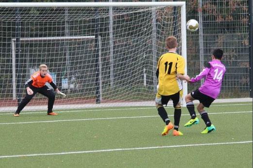Nils Eichler erzielt den 2:2 Ausgleich im Spiel der C-Jugend gegen den Vogelheimer SV (Foto: abo).