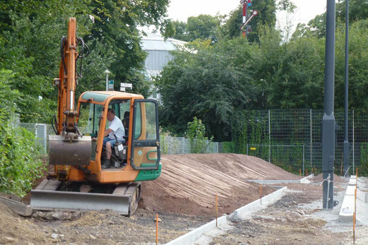 15.08.2012: Stehwälle werden aufgeschüttet (Foto: mal).
