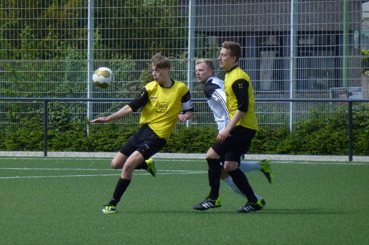 Kämpferisch dagegen gehalten: TuS A-Jugend im Heimspiel gegen Tabellenführer SG Altenessen. - (Foto: mal).
