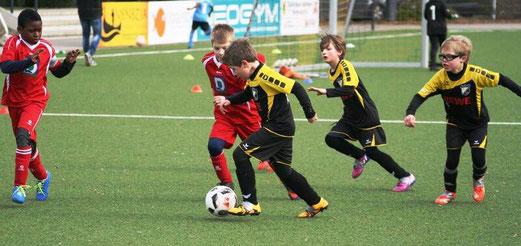 TuS F2-Jugend im Spiel gegen SC Frintrop. - Fotos: mage (1-5,9), mal (6-8).