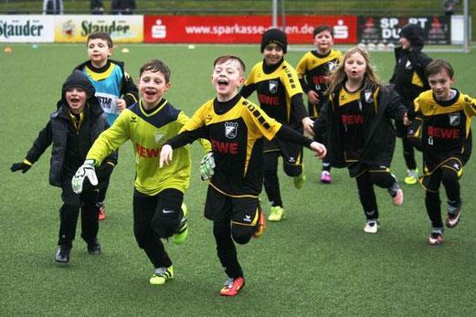 TuS F2-Jugend im Spiel gegen die F1 des FC Karnap. - Fotos: mage.