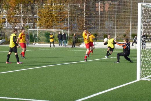 Aleks Ljesic erzielt aus halblinker Position das 6:0 für die TuS A1 im Spiel gegen SC Frintrop (Foto: mal).