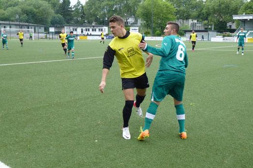 Torschütze Philipp Henneken samt Gegenspieler: A-Jugend im Samstagsspiel am Schetters Busch. - (Foto: mal).