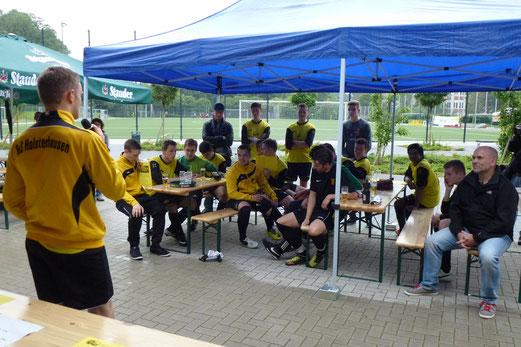Verabschiedung der jahrgangsälteren A-Jugendspieler in die Senioren. - (Foto: mal).