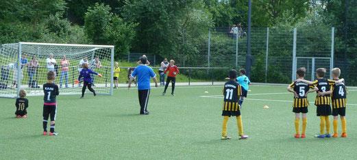 Spiel um Platz 3 (oben) - Neunmeterschießen, Endspiel (unten) Viktoria Resse - RW Mülheim. - Fotos: mal.