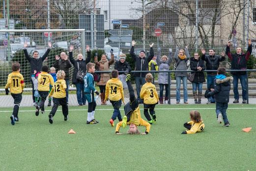 Jubel nach dem Abpfiff: TuS F1-Jugend nach ihrem Heimerfolg gegen den FC Stoppenberg. - (Foto: r.f.)
