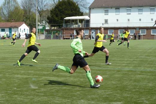 TuS A-Jugend im Spiel bei Adler Union Frintrop. - Fotos: mal.
