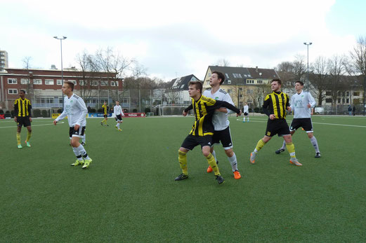 TuS A-Jugend im Heimspiel gegen Tabellenführer SpVgg. Schonnebeck. - Fotos: mal.