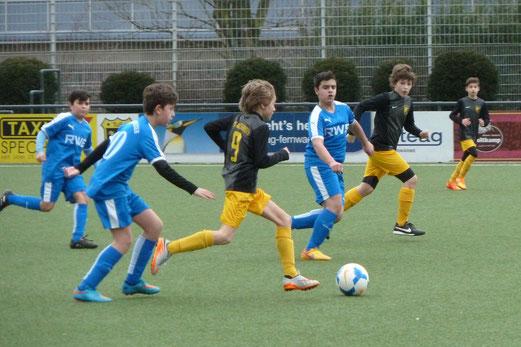 TuS D2-Jugend im Heimspiel gegen die D2 der SG Altenessen. - Fotos: mal.