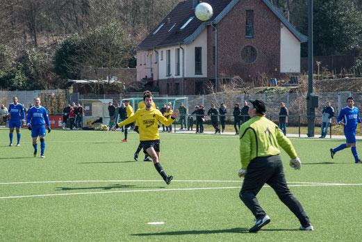 2:2 - Erste Mannschaft im Spiel gegen Tgd. Essen-West. (Foto: r.f.)