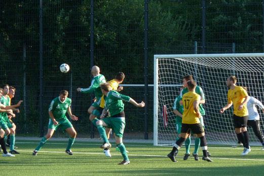 Zweite Mannschaft im Spiel gegen Fortuna Bredeney. - Fotos: mal.