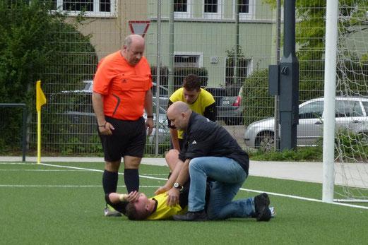 Eine von drei verletzungsbedingten Auswechslungen der A-Jgd. im Spiel gegen den SC Phönix (Foto: mal).