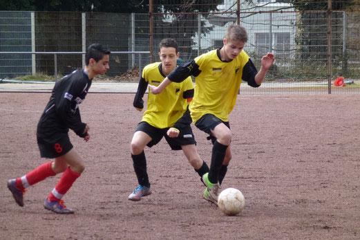 Auf Asche: TuS C-Jugend beim Auswärtsspiel an der Serlostraße (Foto: mal).