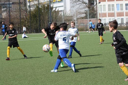 TuS E2-Jugend im Heimspiel gegen die E1 des FC Saloniki-EFV. - Fotos: mal.