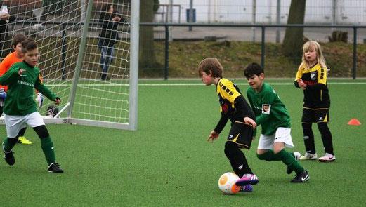 TuS F2-Jugend im Spiel bei Teutonia Überruhr. - Fotos: mage.