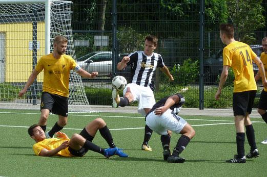 Zweite Mannschaft im Spiel gegen SG Altenessen. - Fotos: mal.