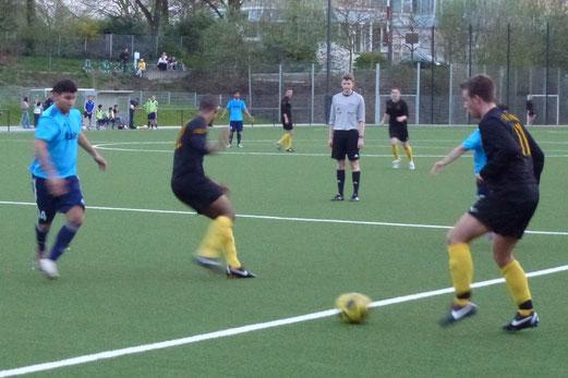 Erste Mannschaft im Nachholspiel gegen SG Altenessen an der Pelmanstraße (Foto: mal).