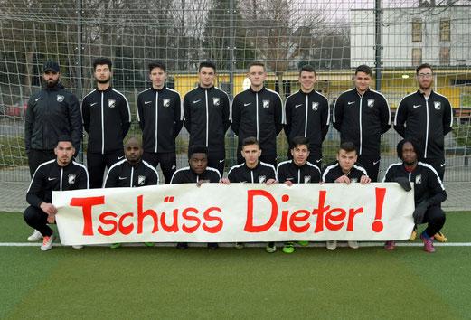 "Die B-Jugend sagt ""Tschüss Dieter"" (Bild TuS Holsterhausen)"