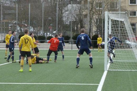 Philipp Seegers (am Boden) erzielt das 4:0 für die Zweite Mannschaft im Spiel gegen RuWa 2. - Foto: mal.