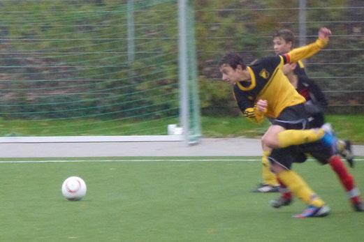 Siebzig Minuten Dauerregen an der Pelmanstraße: TuS C-Jugend im Spiel gegen TuRa 86 (Foto: mal).