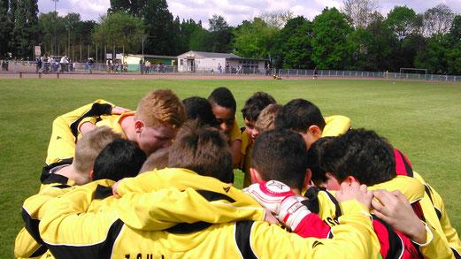 Vor dem Anpfiff: D2-Jugend an der Karnaper Lohwiese. - (Foto: r.a.)