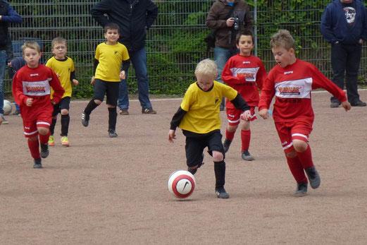 Auf Asche: TuS Bambini 1 im Spiel gegen den FC Stoppenberg an der Theodor-Hartz-Straße (Foto: mal).