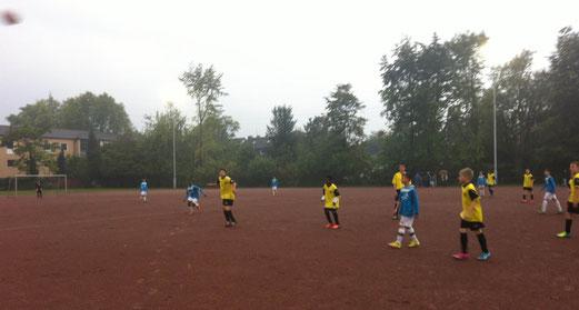 TuS D2-Jugend im Mittwochabendspiel an der Germaniastraße. - Fotos: p.a.