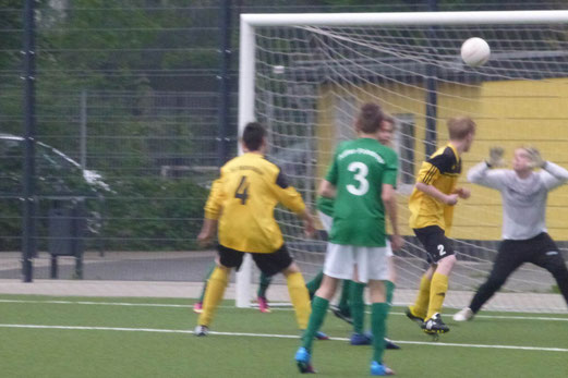 """Nico Herding (""""2"""") erzielt per Kopf das 3:0 im Spiel der C-Jugend gegen Adler Frintrop 2 (Foto: mal)."""