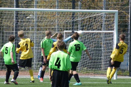 Nick Lohmann (5) trifft per Kopf zum 2:0 im Spiel der TuS C-Jugend gegen den SC Phönix (Foto: mal).