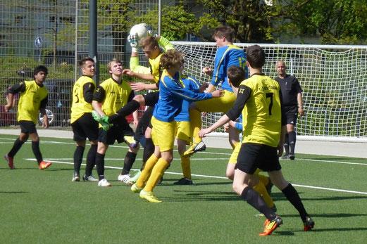 TuS A-Jugend im Spiel gegen die A2 der SG Schönebeck an der Pelmanstraße (Foto: mal).