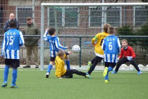 Chance für den TuS in Halbzeit eins: E1-Jugend im Testspiel gegen SG Altenessen. - (Foto: mal).