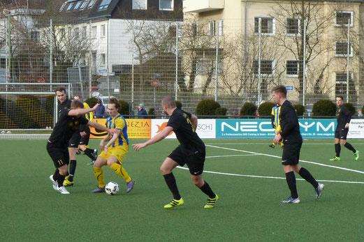 TuS Zweite Mannschaft im Spiel gegen den Gehörlosen TSV. - Fotos: mal.