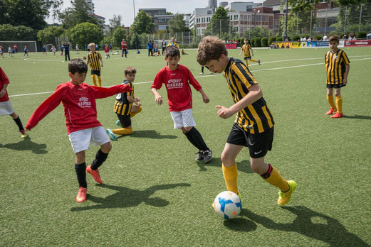TuS E1 im entscheidenden Gruppenspiel gegen Rot-Weiss Mülheim. - Foto: r.f. - Übrige E1-Fotos: p.d.