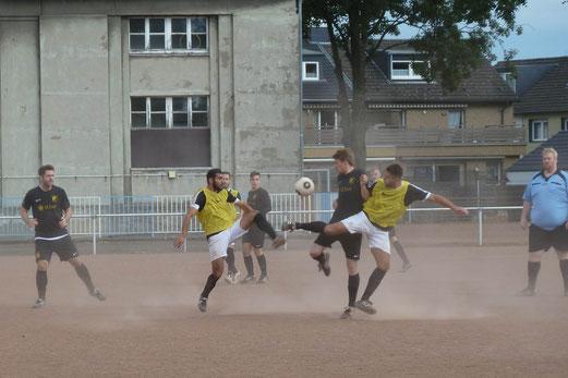 TuS Zweite Mannschaft im Spiel bei TuS 84/10 II. - Fotos: nal.